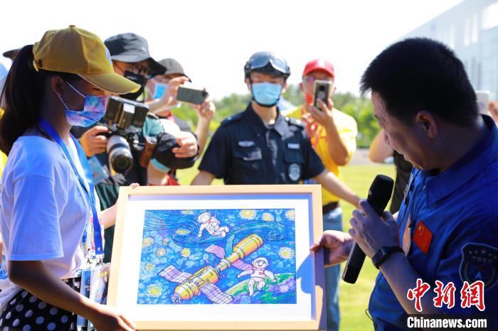 学生用绘画表达对中国空间站的向往。 郭瑜童 摄