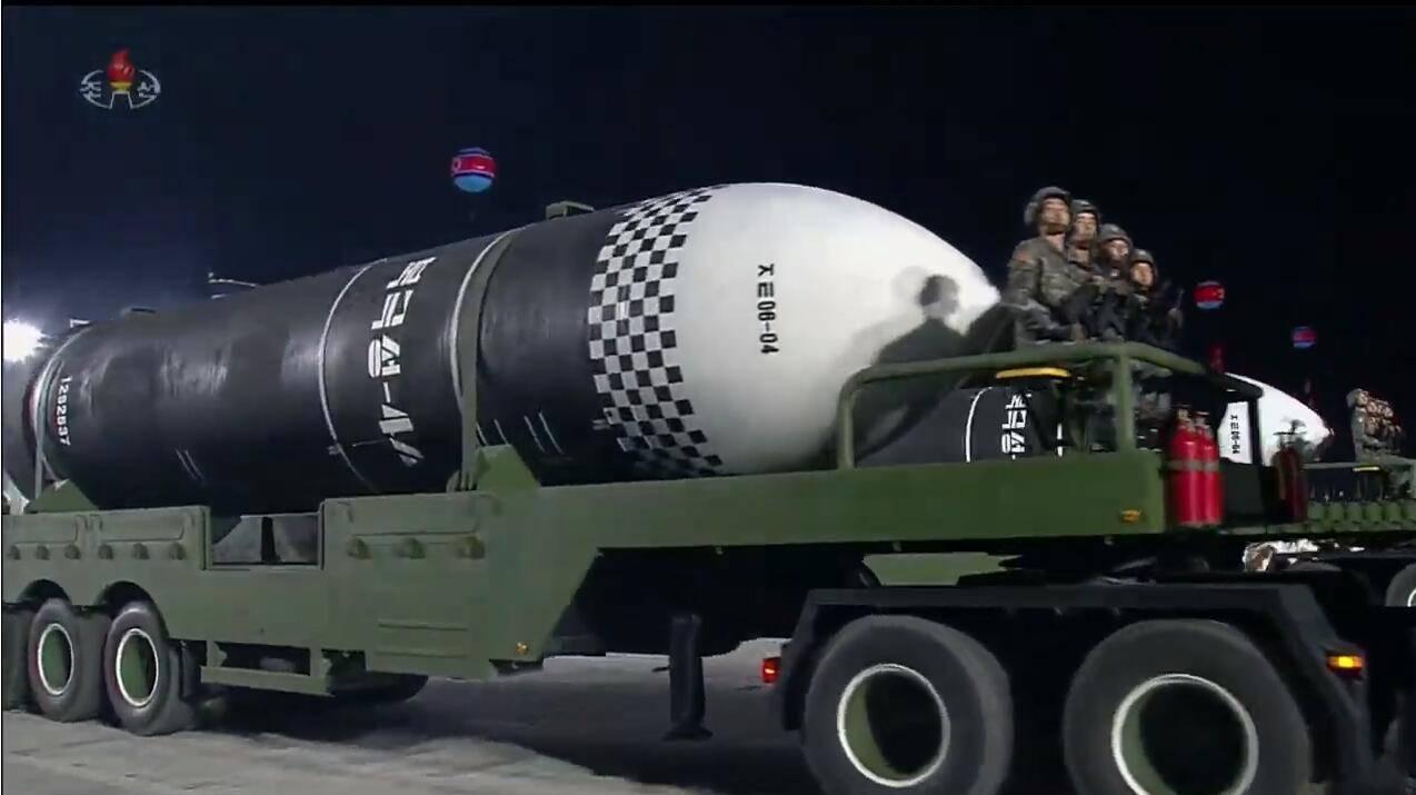 """朝鲜在今年1月份阅兵中展示的""""北极星-4A""""潜射弹道导弹 图源:朝鲜中央电视台"""