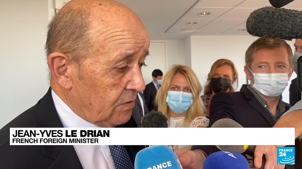 """法国外长呼吁欧洲""""认真思考盟友间信任破裂""""的问题,视频截图"""