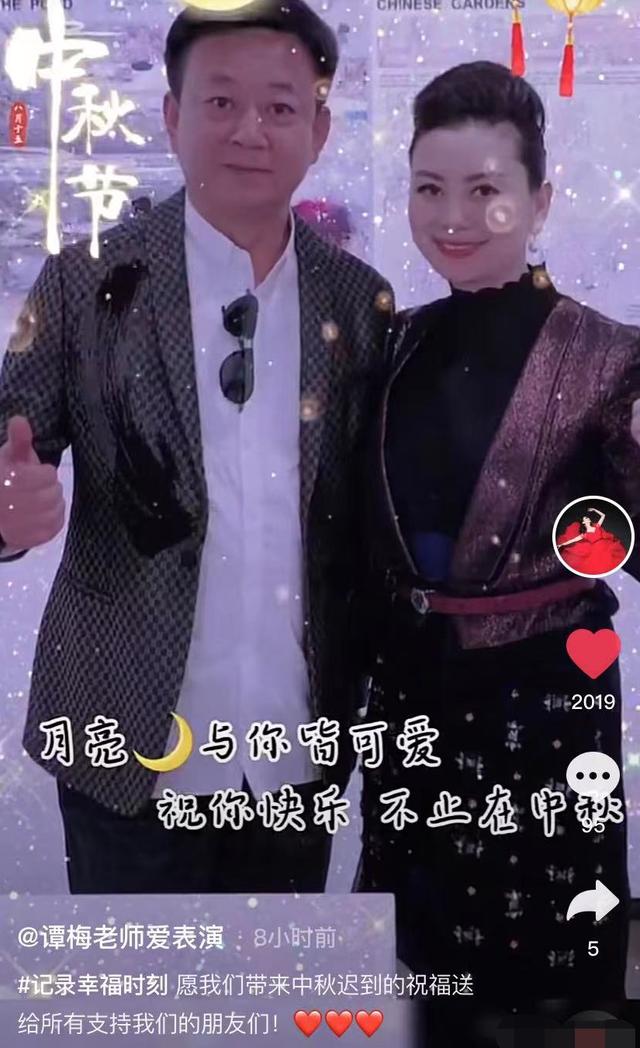 57岁朱军携妻子秀恩爱,打扮精致红光满面,两人贴肩对镜甜笑