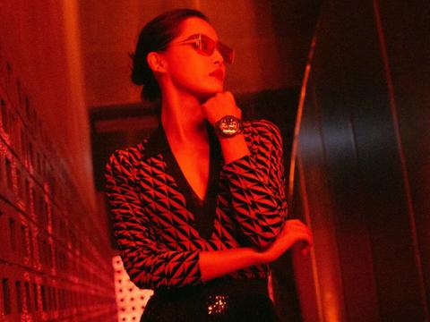 辛芷蕾全新时尚大片,黑皮长裤姿态潇洒,红色眼镜太酷飒