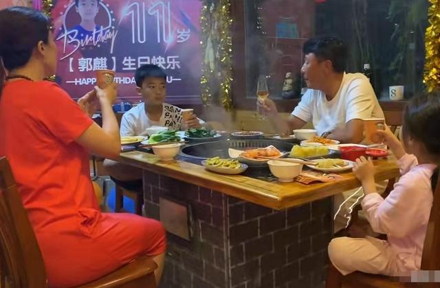 王楠夫妇为儿子办生日会,一家四口同框,围坐一起吃火锅很温馨