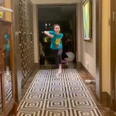 央视主持人李小萌晒9岁女儿,豪宅曝光装修奢华,复古风格显品味
