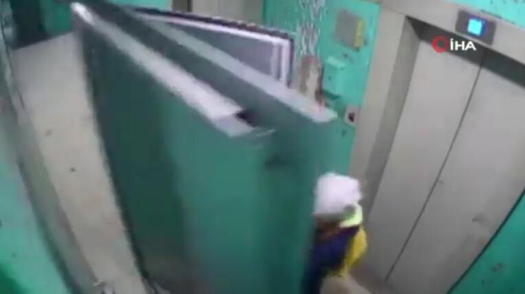 俄罗斯一女子因好奇打开楼道里的金属门 结果被砸