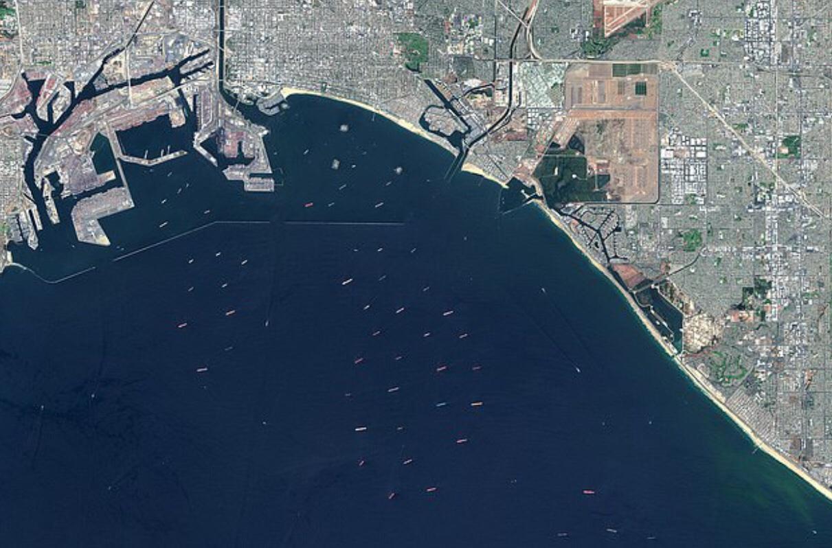 美国港口人力缺乏致严重拥堵,数十艘货船被困