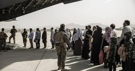 多名男子袭击美军女兵,FBI已介入!共和党州拒绝接纳阿富汗难民