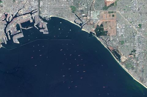 美国港口人力缺乏致严重拥堵 数十艘货船被困