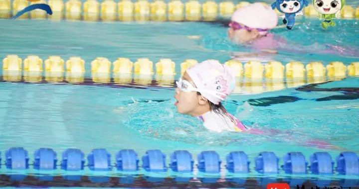 苏州吴中全民体育运动会举行中小学生游泳、羽毛球比赛
