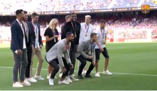 巴萨为奥运奖牌获得者举办庆祝仪式,佩德里在列