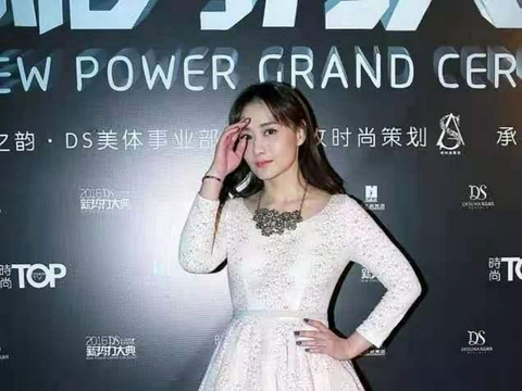 47岁的陈德容真会穿,微卷长发配淡粉色连衣裙,温婉的气质好迷人