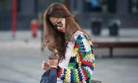刘亦菲在国外太会穿,彩色针织衫配牛仔裤洋气减龄,像大学生一样