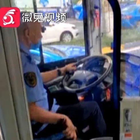 贵阳一公交车司机和的哥开车途中对骂!乘客劝都劝不住!处理结果来了
