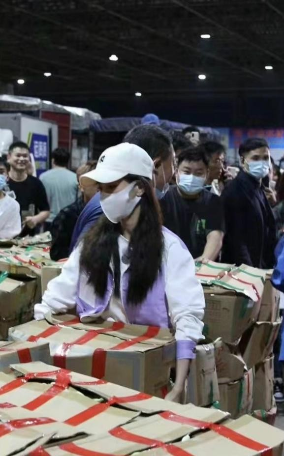 网友偶遇Angelababy录制节目 瘦小身材凌晨4点搬箱子超卖力