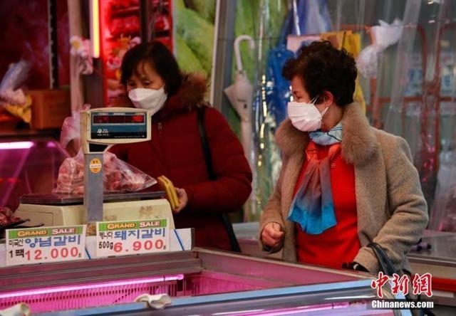 资料图:1月6日,首尔民众身着厚大衣买菜。 中新社记者 曾鼐 摄