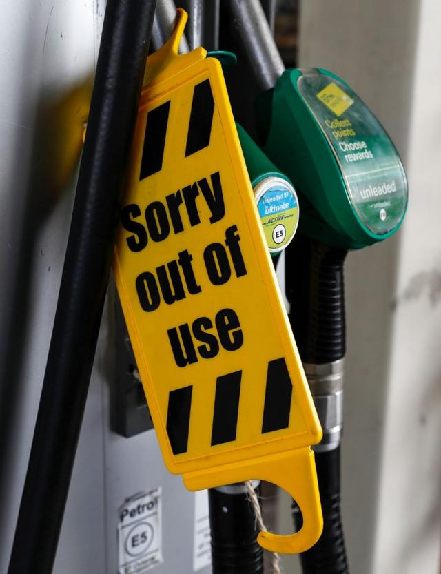 这是9月27日在英国伦敦一家加油站拍摄的暂停使用的油枪。(新华社记者韩岩摄)