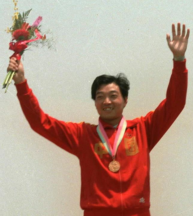 ▲1984年洛杉矶奥运会上,许海峰在获得男子自选手枪项目冠军后领奖(资料照片)。新华社发