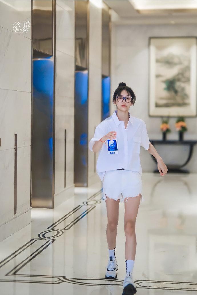 袁冰妍和曾可妮私服出现同款毛边牛仔短裤,你喜欢谁的穿搭效果?