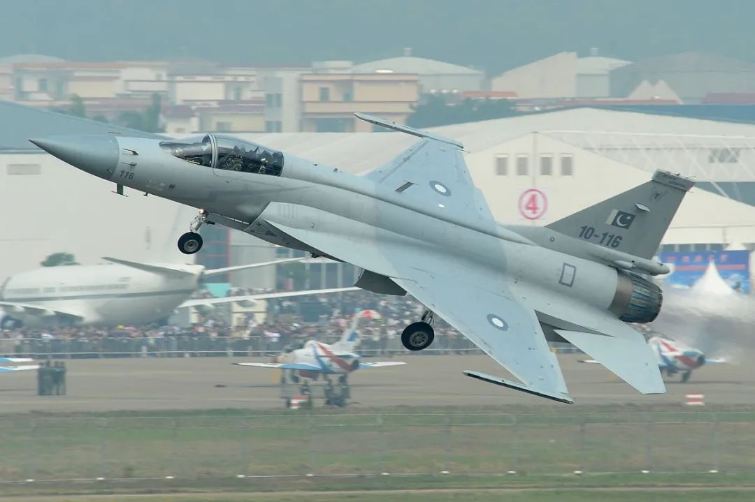 """巴基斯坦空军的JF-17""""雷电""""轻型战斗机"""