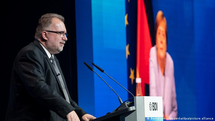 德国联邦工业协会(BDI)主席鲁斯武姆欢迎默克尔总理致辞 图自AP