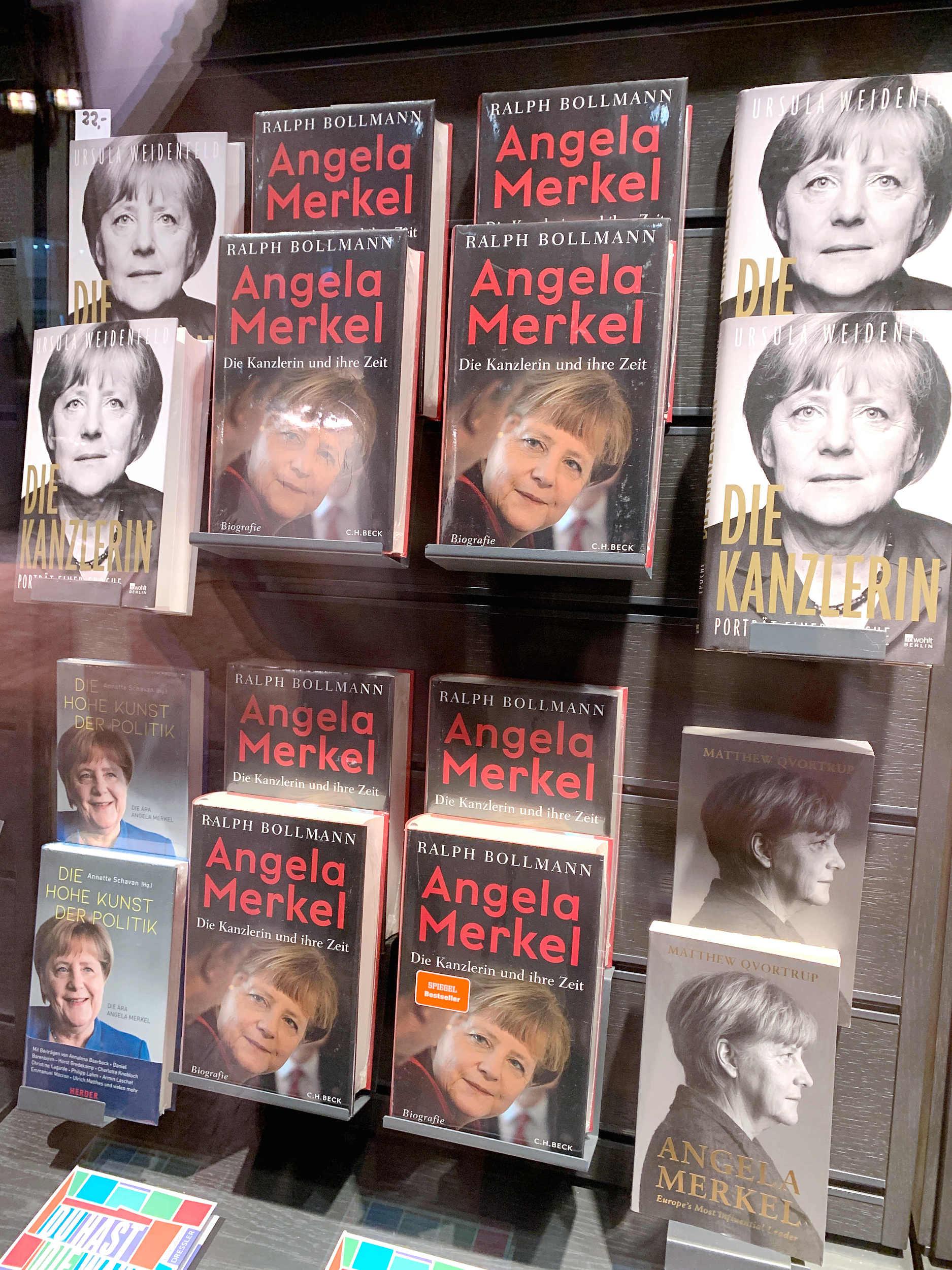 9月25日,德国柏林,杜斯曼购书中心临街橱窗展示的多种默克尔传记。@视觉中国