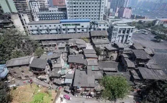 """△2015年,冉光辉和不少""""棒棒""""租住的棚户区,如今已经拆掉了。"""