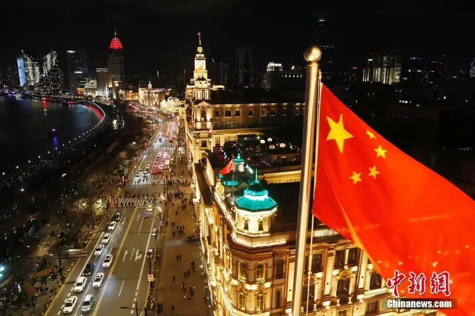 The picture shows that in 2019, the brightly lit Shanghai Bund welcomes tourists from all over the world.Photo by China News Agency reporter Yin Liqin