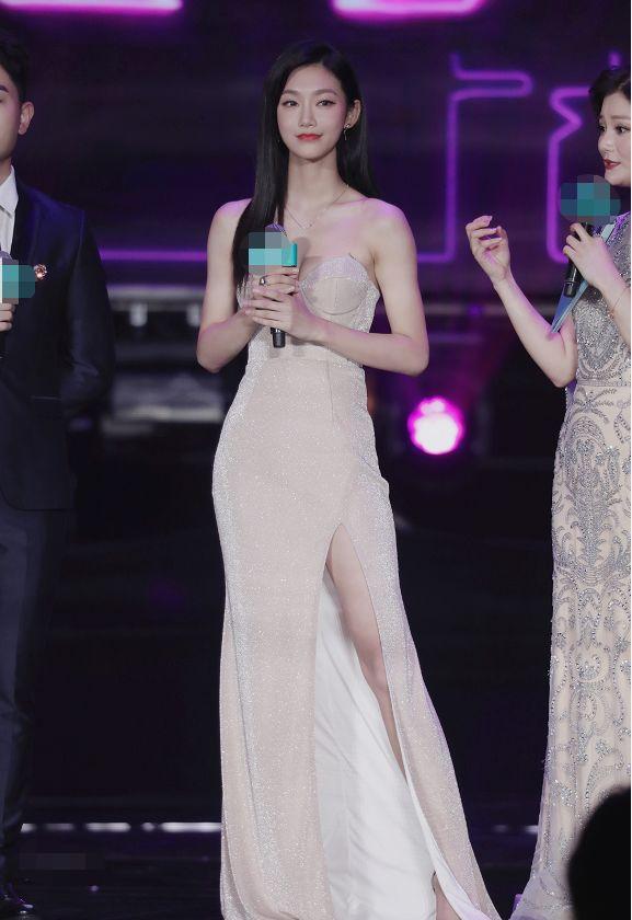 曾可妮穿抹胸长裙拍大片,裙身开衩大秀美腿,腰身纤细尽显好身材