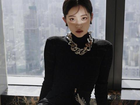 """欧阳娜娜带火了""""千金妆"""",穿黑色镂空裙高贵精致,气质感真绝了"""