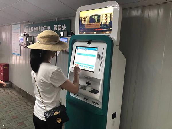市民在自助机器上挂号做核酸检测澎湃新闻记者李佳蔚图