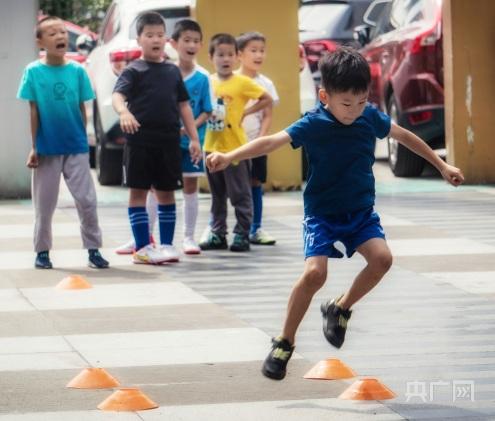 黄浦区青少年科技活动中心里孩子正在体验花式足球(央广网发 受访者供图)
