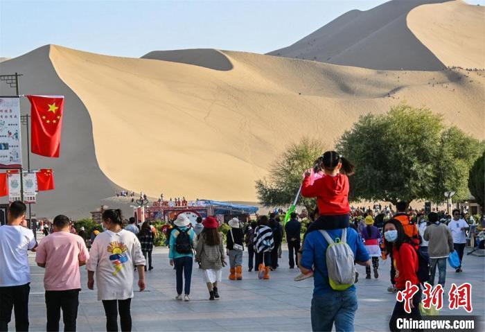 国庆长假,大批游客前往鸣沙山月牙泉景区参观游览。 王斌银 摄