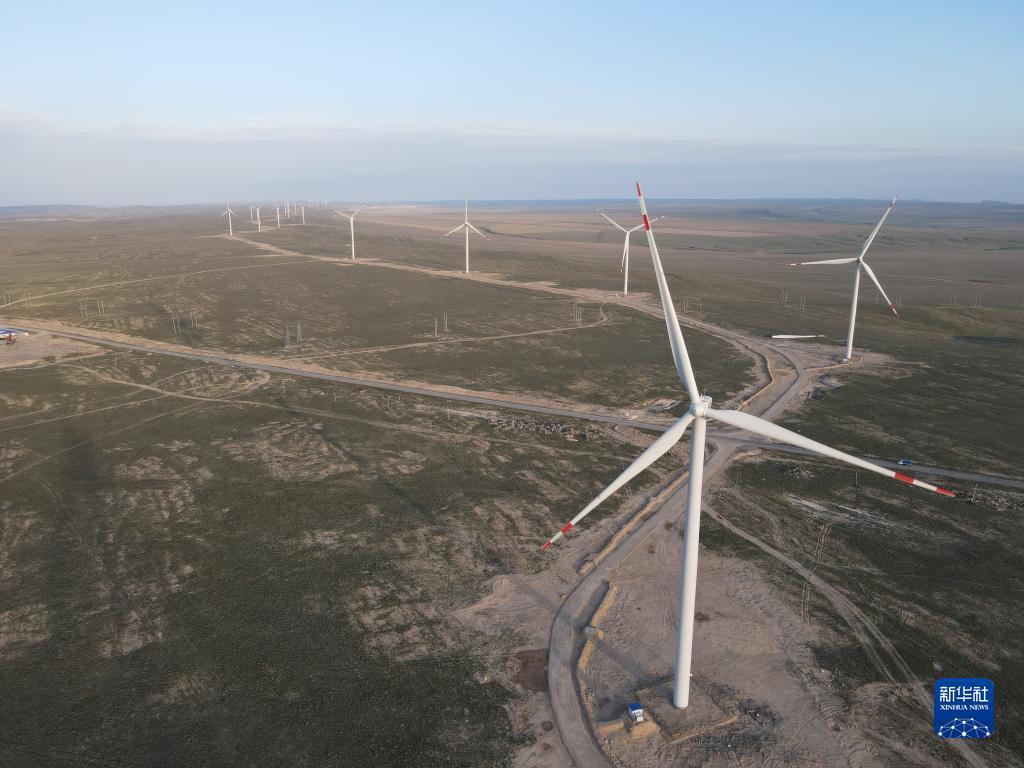 这是2021年4月25日在哈萨克斯坦扎纳塔斯用无人机航拍的风电场的风机。新华社发(中国电建成都院供图)