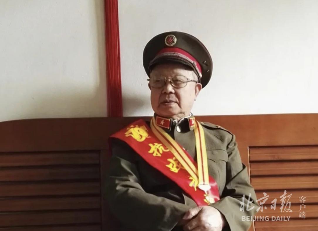 吴非远参加抗战胜利70周年纪念活动留影。