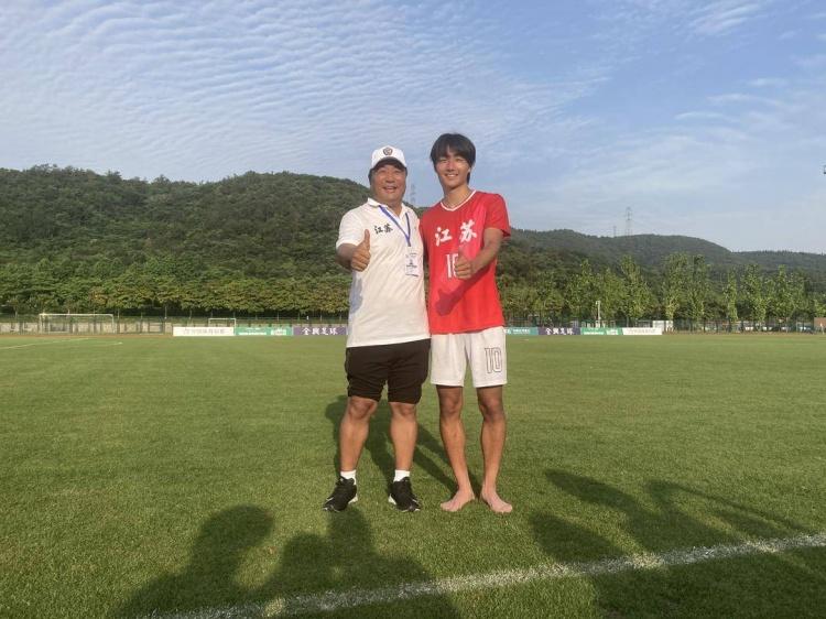 19岁中国小将李贤成德国联赛进球 父亲为他训练自费办了足球学校
