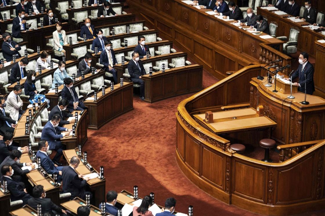 关于外交和安保,岸田强调日美同盟是日本外交和安全保障政策的基轴,日本政府将灵活运用与美澳印间的四方合作。(图源:新华社/法新)