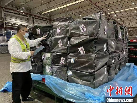"""大闸蟹迎来运输高峰 地产蟹虾成新疆""""吃货""""最爱"""