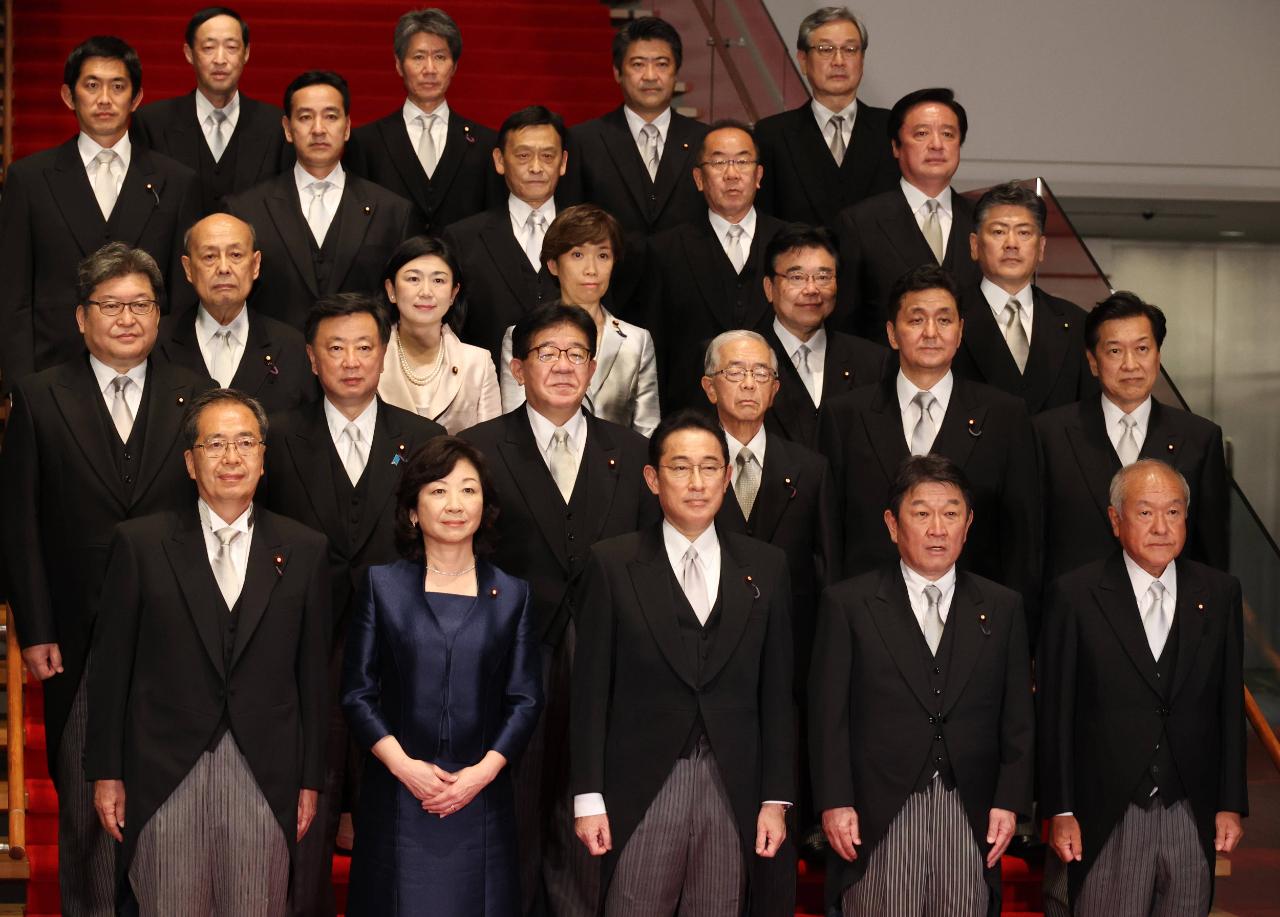 ▲10月4日,日本首相岸田文雄(前排中)在东京的首相官邸率阁僚合影。图/新华社