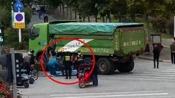 女子带娃骑电动车被卷货车底,巡逻武警飞奔救出