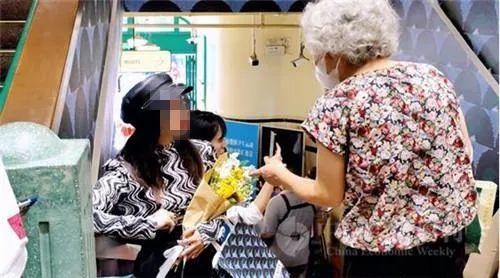一位逛菜场的老人询问年轻人为什么突然都来买菜图自《中国经济周刊》/王雨菲