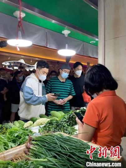 """陈小春等""""大湾区哥哥""""在东山肉菜市场买菜 梁启振 摄"""