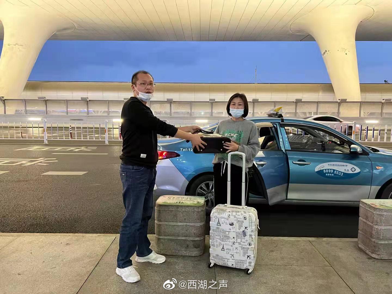 女乘客东站乘高铁遗落LV包,的哥火速归还彰显杭州温度