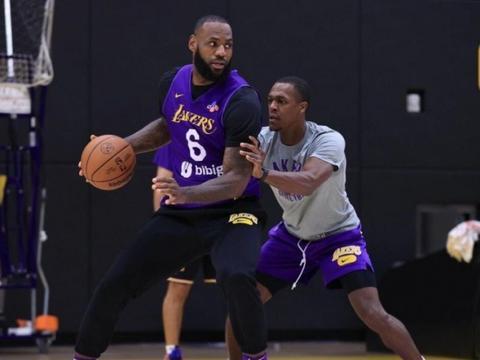 老詹钦点进行陪练,并称赞:他篮球智商很高