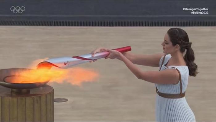 北京冬奥会火种成功交接 于再清李妮娜出席仪式