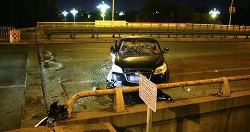 无证驾驶新买二手车,撞上桥墩酿成大事故,看到朋友重伤,驾驶员从医院溜了