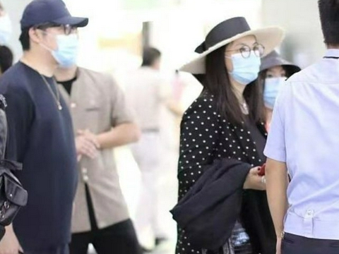 李湘带全家出行,穿波点套装戴礼帽如贵妇,12岁王诗龄身材像妈妈