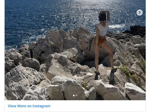 Lisa海边照片大公开,穿热裤逆天长腿摆S曲线,吸千万粉赞爆