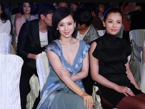 翁虹保养得真不错,穿蓝色深V礼服同框刘涛,完全看不出来差10岁