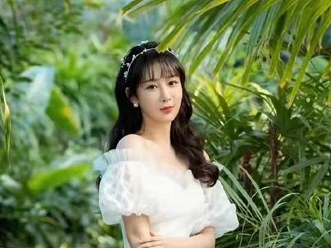 杨紫天鹅颈不输刘诗诗!新活动穿纯白婚纱惊艳出圈,公主范美翻天
