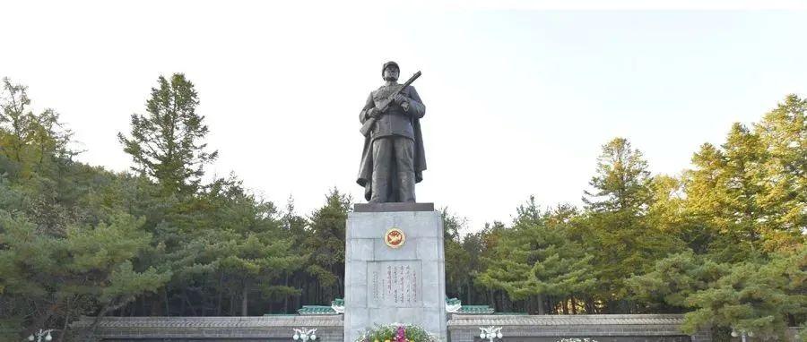 今天,朝鲜报道金正恩代表朝鲜人民送花圈。