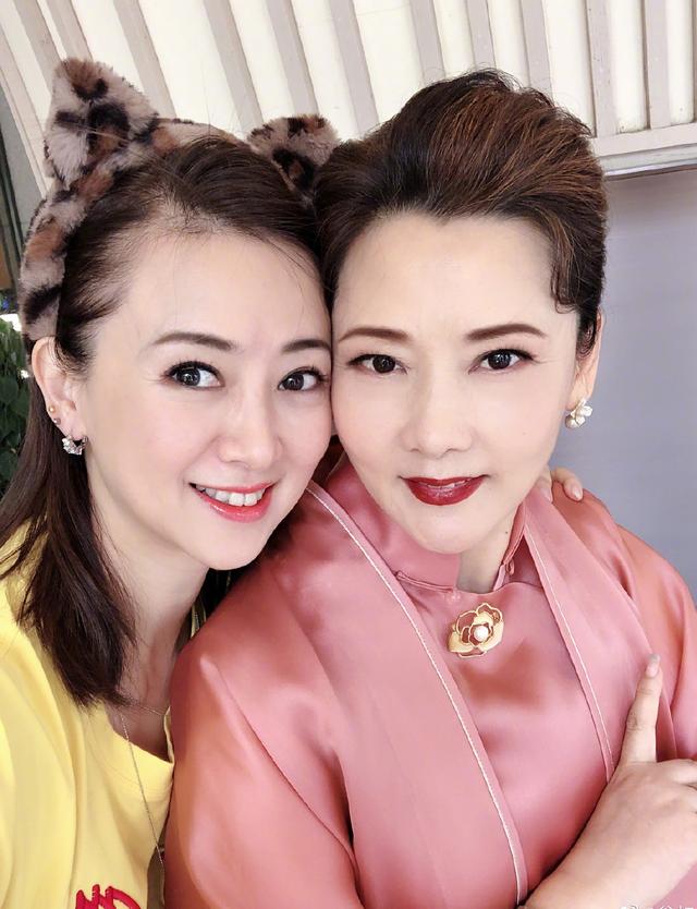 58岁何赛飞曝近照,与翁虹同框状态好,出演《雷雨》搭档刘恺威
